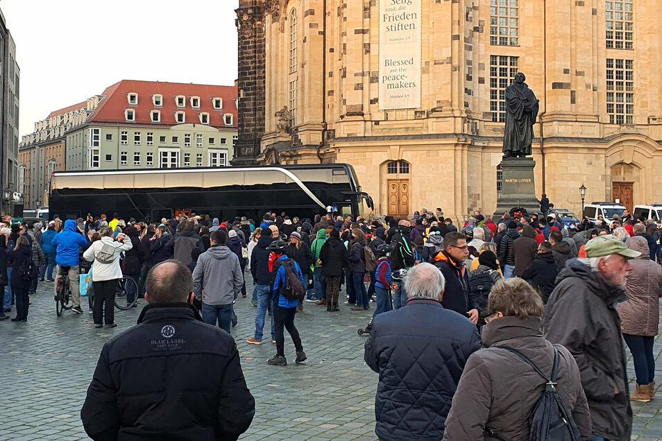 Anti-Corona-Demo auf dem Neumarkt: Vertreter der Querdenken-Initiative machten am Sonntagnachmittag mit ihrem Reisebus Halt in Dresden.
