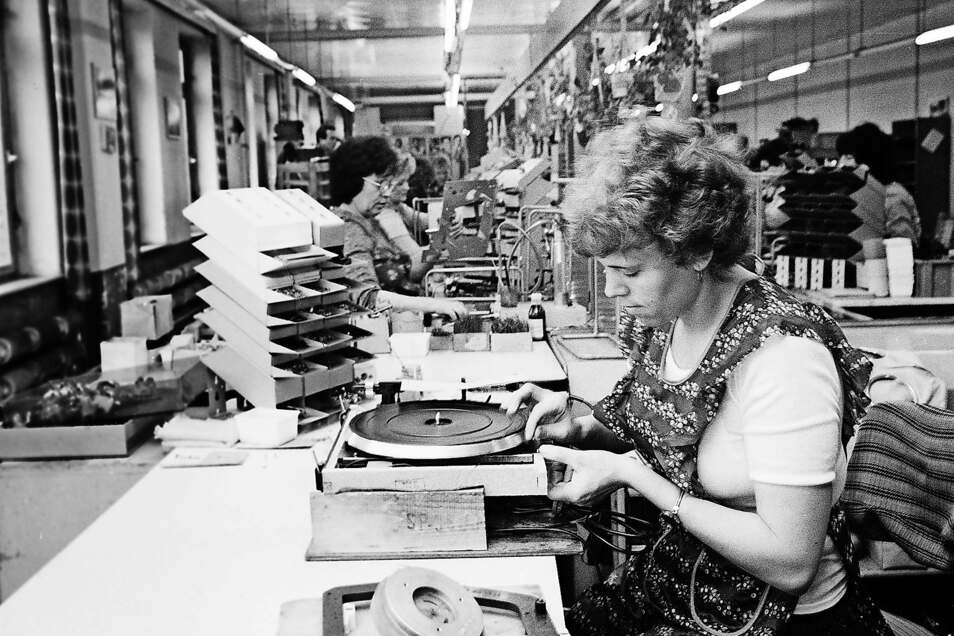 Blick in die Plattenspieler-Montage im Zittauer Werk des VEB Phonotechnik Zittau/Pirna im Jahre 1986.