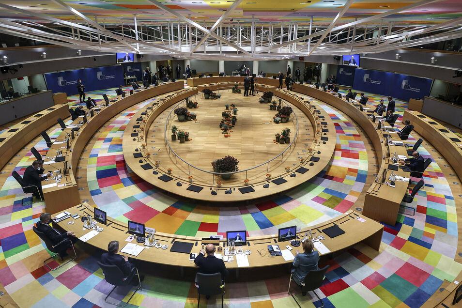 Blick in den Saal in denen sich die EU-Staats- und Regierungschefs zu einer Diskussion am runden Tisch im Gebäude des Europäischen Rates im Rahmen eines EU-Gipfel treffen.