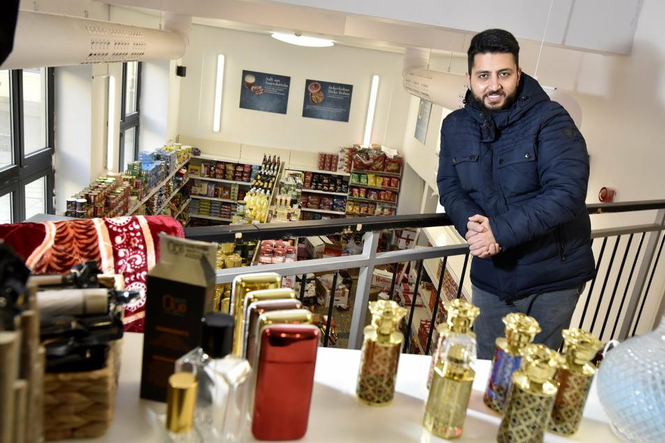 """Khaled Al-Abbas ist mit seinem Geschäft """"Jasmina"""" von der Ring- in die Gewandhausstraße gezogen. Im ehemaligen Pub verkauft er orientalische Lebensmittel und betreibt ein kleines Bistro, in dem es typisch Arabisches wie Schawarma und traditionelles syrisc"""