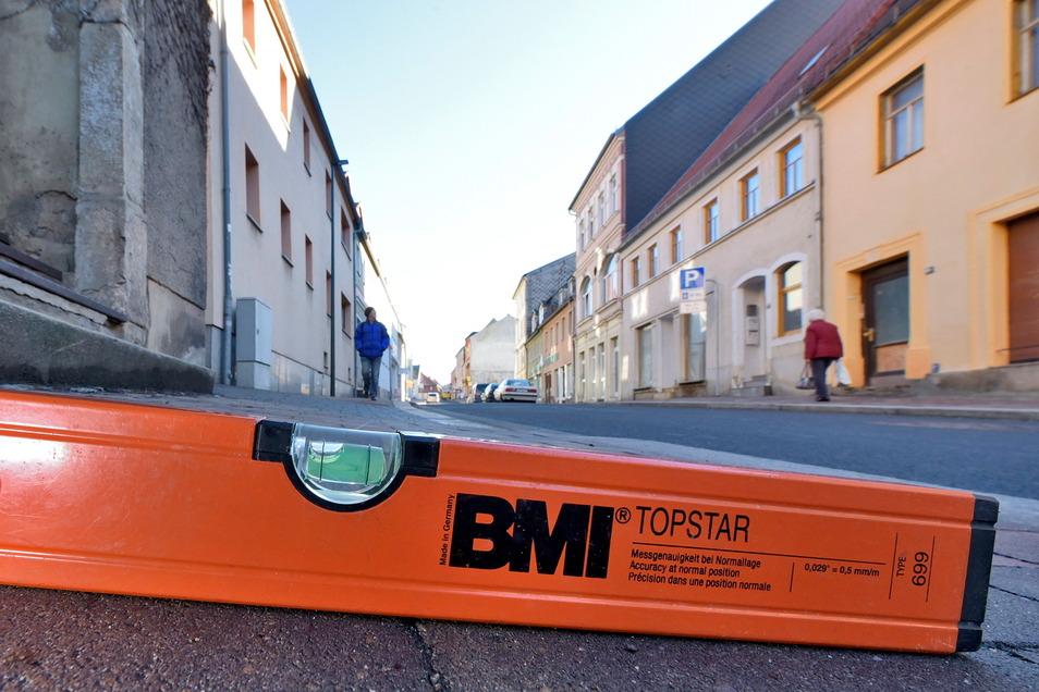 Der Fußweg an der Döbelner Straße in Roßwein ist auch vier Jahre nach seiner Neugestaltung noch zu steil. Die DIN ist nicht eingehalten worden.