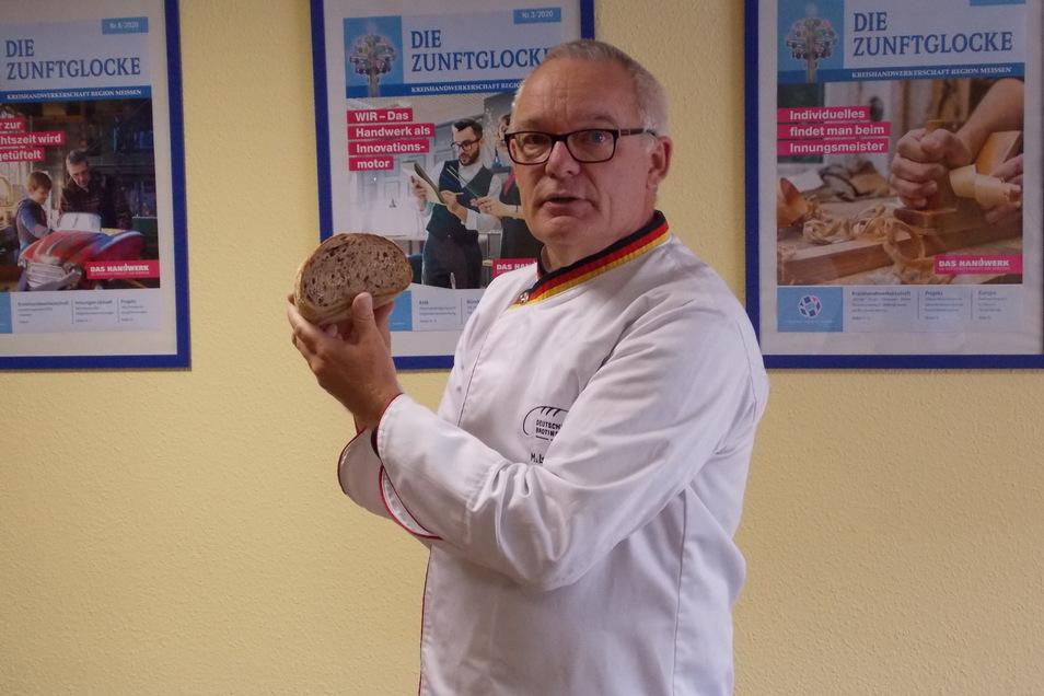 Bäckermeister Michael Isensee beim Begutachten.
