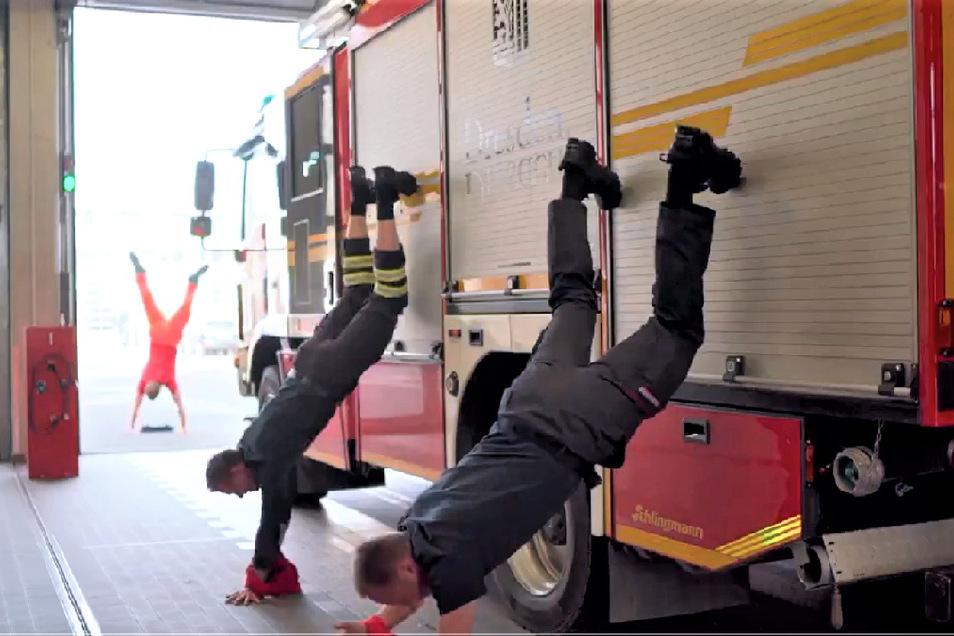So geht Handstand mit einer Stütze. Die Feuerwehrmänner haben aber noch mehr vor.