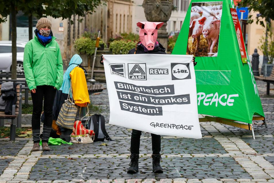 Auf dem Zittauer Marktplatz demonstrierte Greenpeace Oberlausitz gegen Massentierhaltung.