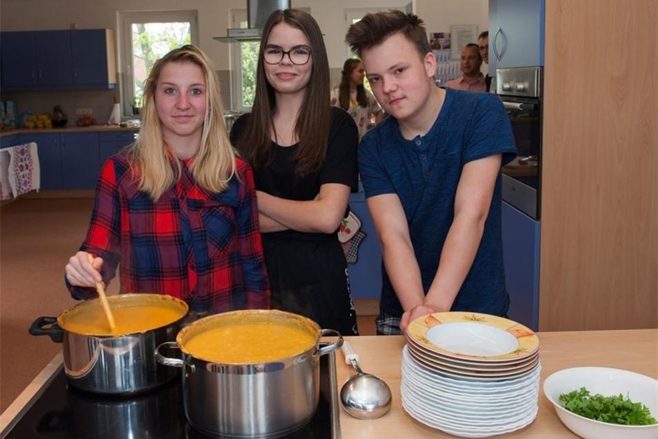 Jennifer, Lisa und Philippe bereiten gerade eine Kartoffelsuppe zu. Sie und andere Schüler haben das Essen im WTH-Unterricht gekocht. Ein typisch sächsisches Gericht für die Gäste aus der neuen Partnerschule im polnischen Ostrzeszów.