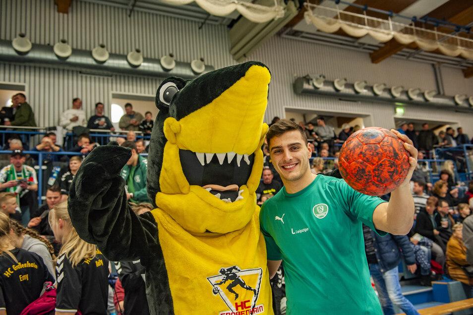 Lukas Krzikalla, der neben dem HCG-Maskottchen steht, ist ein Großenhainer Talent, das jetzt beim Handball-Erstligisten SC DHfK Leipzig spielt.