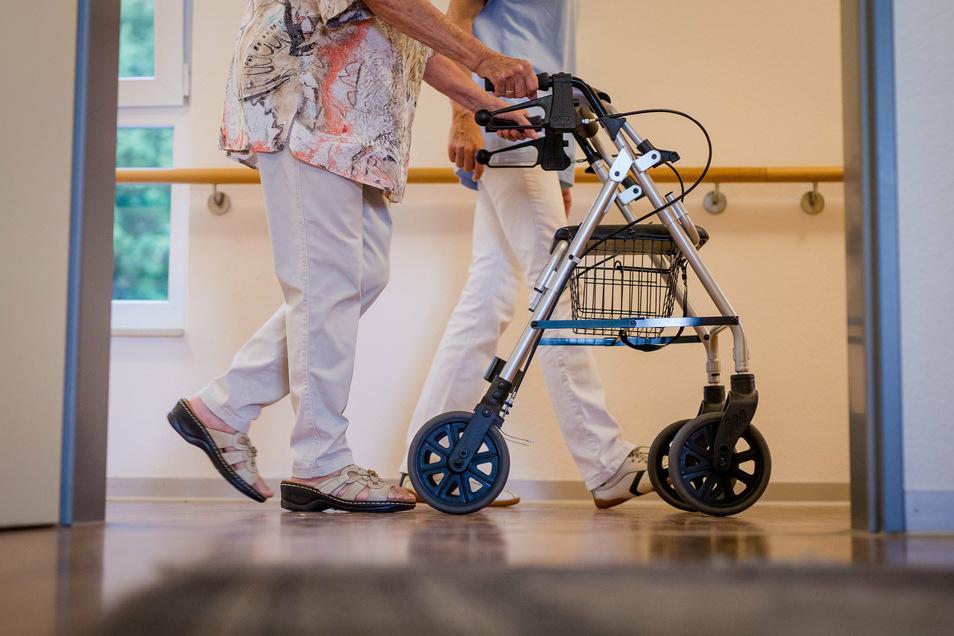 Die Freiwilligen können in Pflegeheimen unter anderem bei der Alltagsbegleitung helfen.