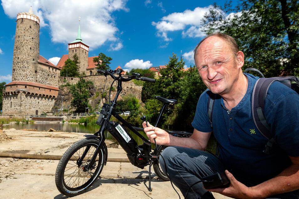 E-Bike-Akku leer? In Bautzen wird es dann schwierig: Eine öffentliche Ladestation gibt es nur am Saurierpark in Kleinwelka, in der Innenstadt sieht es mau aus. Eckart Riechmann vom Verleih-Projekt Teilrad ärgert das.
