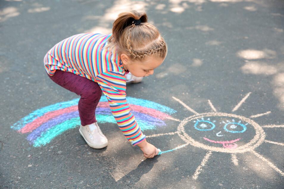 """Mit Straßenmalkreide können Kinder kleine Kunstwerke schaffen oder auch """"Parcours"""" zum Hüpfen entwerfen."""