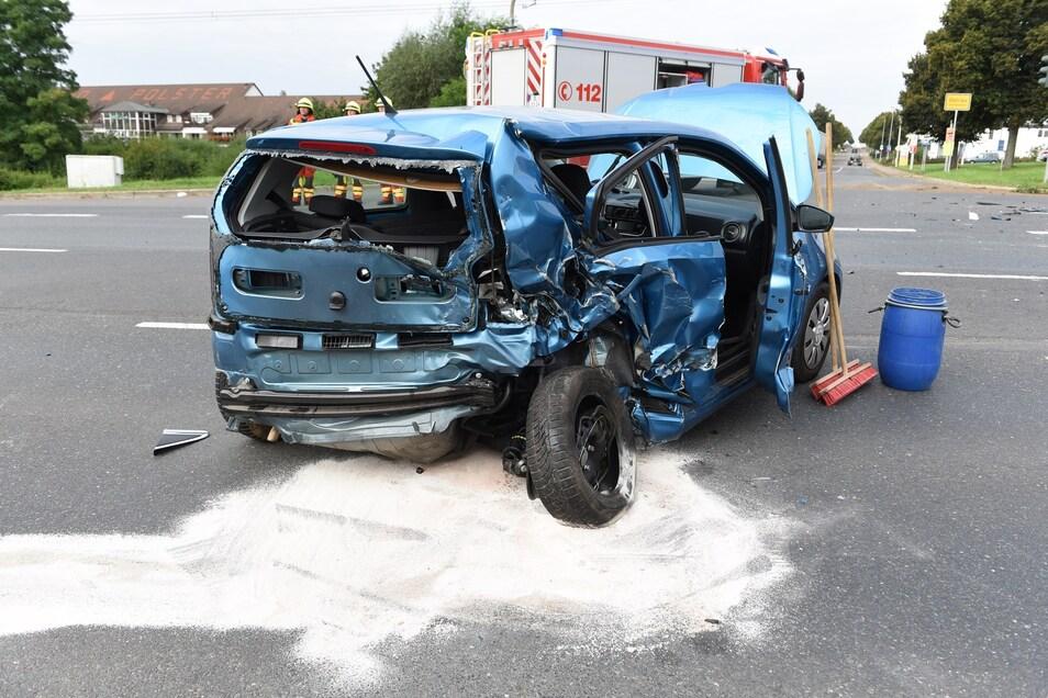 Der VW Up wird im hinteren Bereich stark verformt. Zwei Personen werden verletzt.