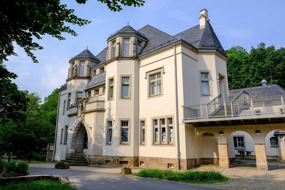 Die schlossartige Villa wird im Volksmund Mohrenhaus genannt. Seit 1946 dient das Gebäude der Kinder- und Jugendarbeit, wo der Geist der Völkerverständigung und Toleranz aktiv gelebt wird, meint die Stadt.