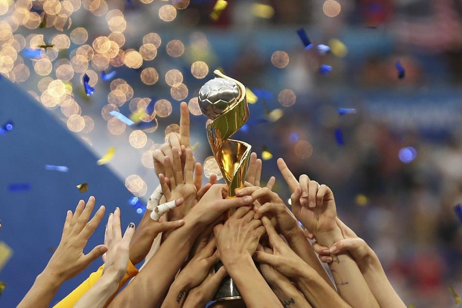 Die Trophäe für die Fußball-Frauen könnte 2027 in Deutschland vergeben werden.