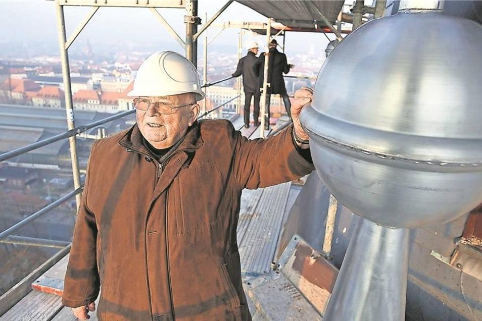 Für Domprobst Hubertus Zomack geht mit der Sanierung der Kathedrale ein Traum in Erfüllung. Der 73-Jährige ließ e sich daher nicht nehmen, die Kugel in luftiger Höhe zu segnen.