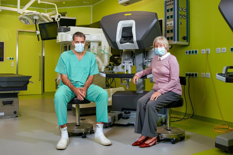 """Professor Jürgen Weitz und Darmkrebs-Patientin Liane Dintner am Roboter """"Da Vinci"""". Mit ihm können Darm-Operationen durchgeführt werden."""