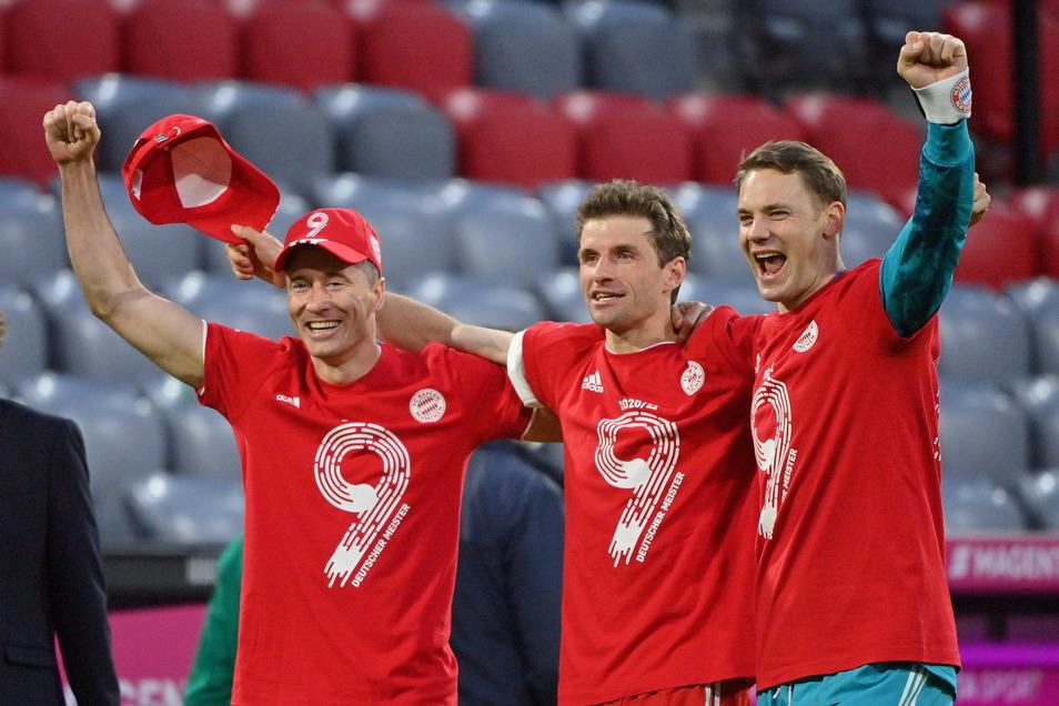 Münchens Robert Lewandowski, Thomas Müller und Torwart Manuel Neuer feiern die Deutsche Meisterschaft.