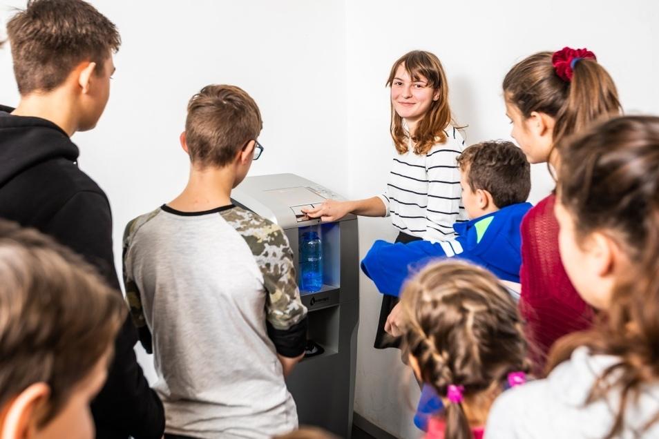 Die Klassen- und Kurssprecher des Lessing-Gymnasiums waren gestern die Ersten, die sich mit neuer Technik die Wasserflaschen füllen konnten.
