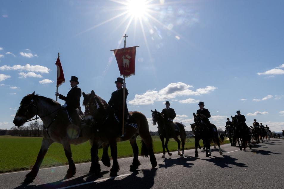 Nachdem das Osterreiten wegen Corona 2020 abgesagt worden ist, durfte es in diesem Jahr stattfinden. Etwa 200 Reiter starteten in Ralbitz.