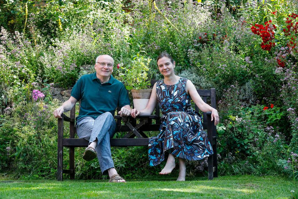Anja und Matthias Munkwitz in ihrem wild wuchernden Garten in Rosenthal.