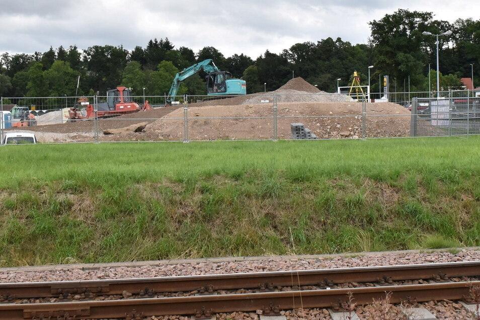 Ein Blick auf die Edeka-Baustelle in Dipps. Im Vordergrund ist die Vorrangfläche für einen Radweg zu sehen, um die sich die Diskussion im Stadtrat drehte.