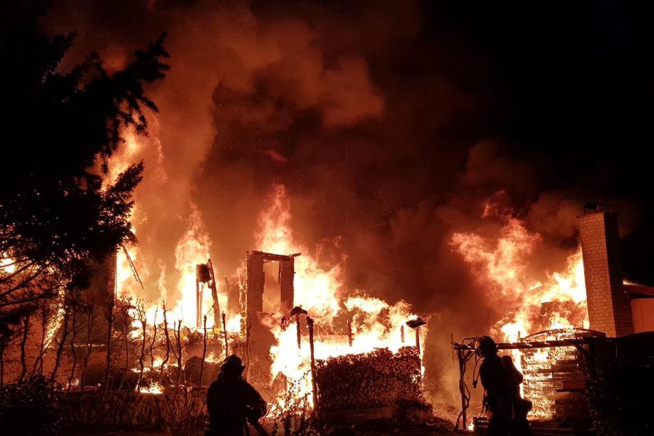 Die Flammen schlugen meterhoch in den Himmel.