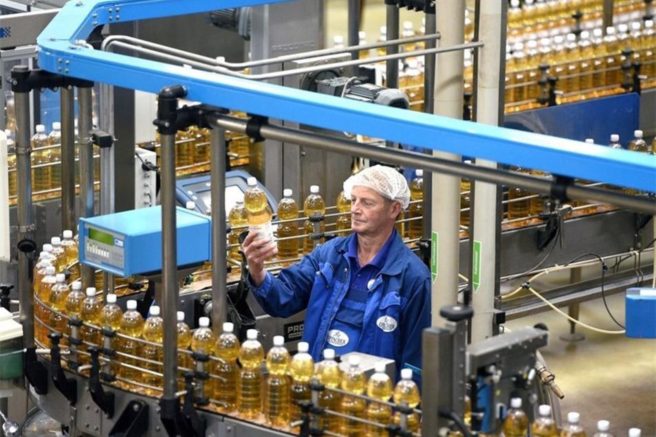 Oppacher Mineralquellen setzt auf sanftes Wasser und regionale Früchte. Und denkt sich immer neue Produkte aus. Ein prüfender Blick von Hartmut Berndt an einer Abfülllinie bei Oppacher Mineralquellen.
