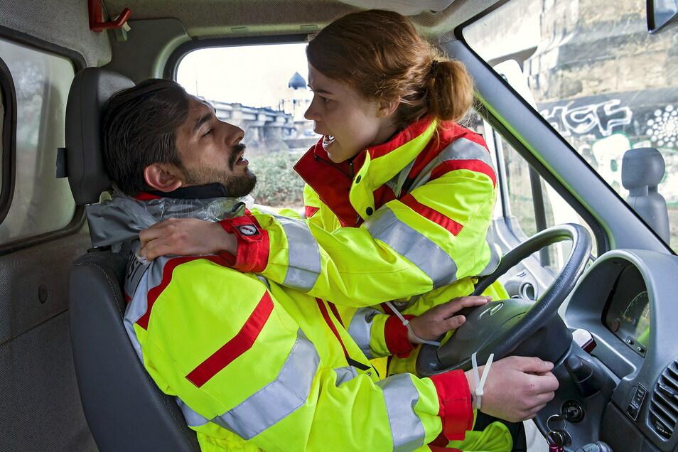 Toter Sanitäter: Greta Blaschke (Luise Aschenbrenner) versucht ihren Kollegen Tarek Wasir (Zejhun Demirov) zu retten. Unfassbar, dass es überhaupt Übergriffe auf Rettungskräfte gibt.