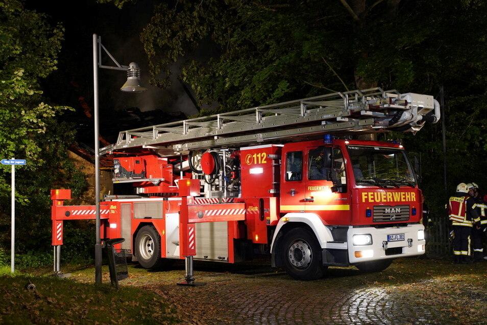 Die Feuerwehr war mit etwa 130 Kameraden und mehreren Einsatzfahrzeugen vor Ort.