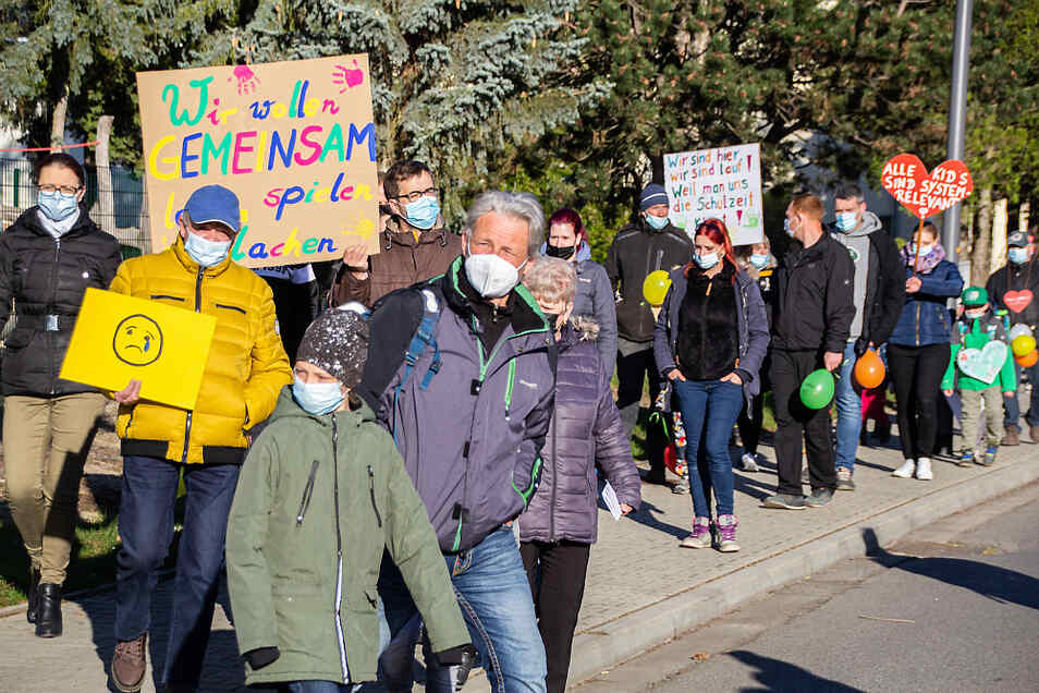 """Mit einem Spaziergang auf einer Runde zwischen der Bernsdorfer Grundschule und der Kita """"Pfiffikus"""" machten Eltern und Kinder ihr Unverständnis über die Schließung von Kitas und Schulen deutlich."""