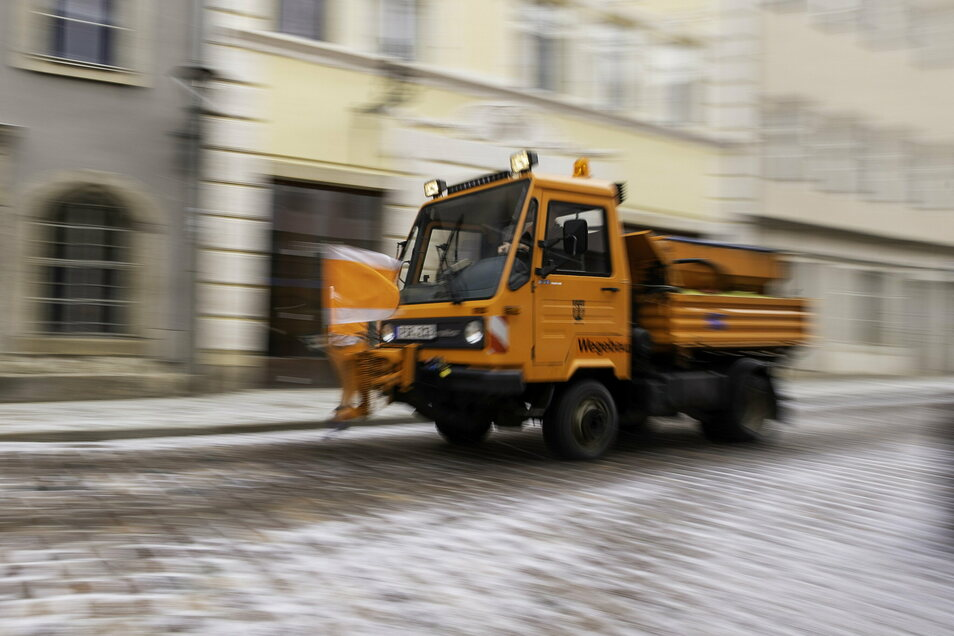 Das ist kein aktuelles Foto, in Dresden liegt derzeit kein Schnee. Der Winterdienst ist dennoch im Einsatz.
