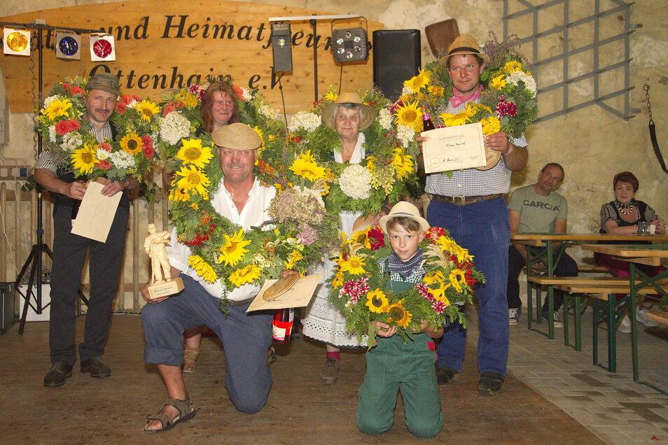 Die Sieger vom Sensenfest (von links): Lutz Gründer (2. Platz Männer), Jana Schmidt (2. Platz Frauen), Gerd Hubrich (1. Platz Männer), Ingried Taube (1. Platz Frauen), Paul Eißner (knieend, 1. Platz Jugend), Marcel Frizner (3. Platz Männer).
