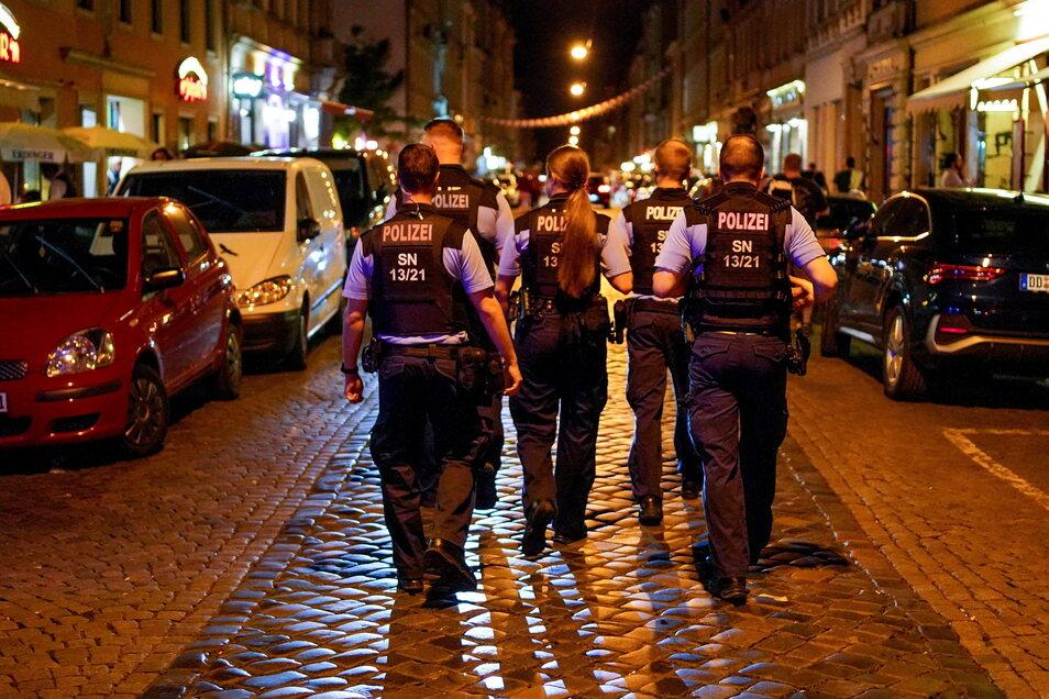Polizisten auf Patrouille: Laut einer Umfrage sind einige es leid, Corona-Regeln durchzusetzen.