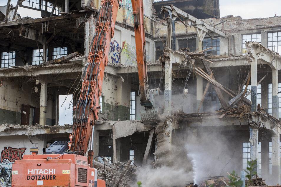 Mitte September ist die rückwärtige Fassade des Industriebaus gefallen.