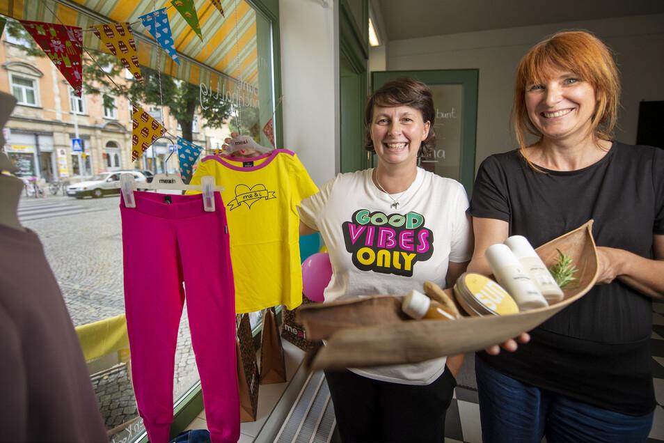 Manu Stößer (links) und Romy Opitz ziehen für einen Monat in den Pop-up-Laden ein. Damen- und Kinderkleidung sowie Kosmetik haben sie im Angebot.