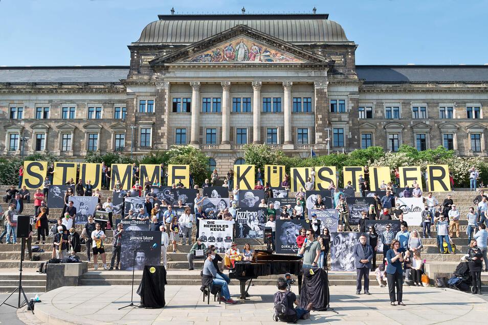 Von wegen stumm – bunt und lautstark verschaffte sich die Dresdner Kulturszene am Freitag nicht zum letzten Mal Gehör.