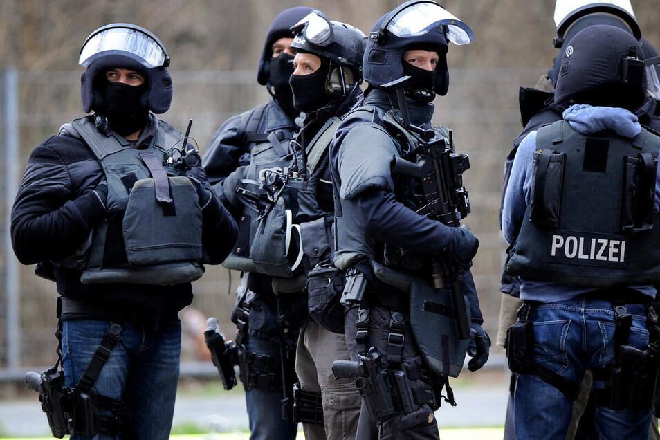 Schwer bewaffnete Polizisten wie auf diesem Symbolfoto rückten im Februar in Oderwitz an.