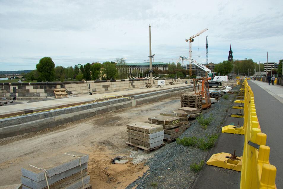 Der neue Fußweg ist bis über die Brückenmitte hinaus fertig. Der erste Teil soll noch diesen Monat freigegeben werden. Allerdings ist dafür eine Querung zum komplett fertigen Fußweg auf der anderen Brückenseite nötig.