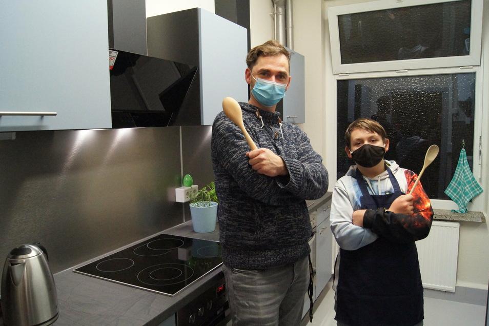 Bruno Matschiner und Justin Rogel schwingen schon mal symbolisch den Kochlöffel.