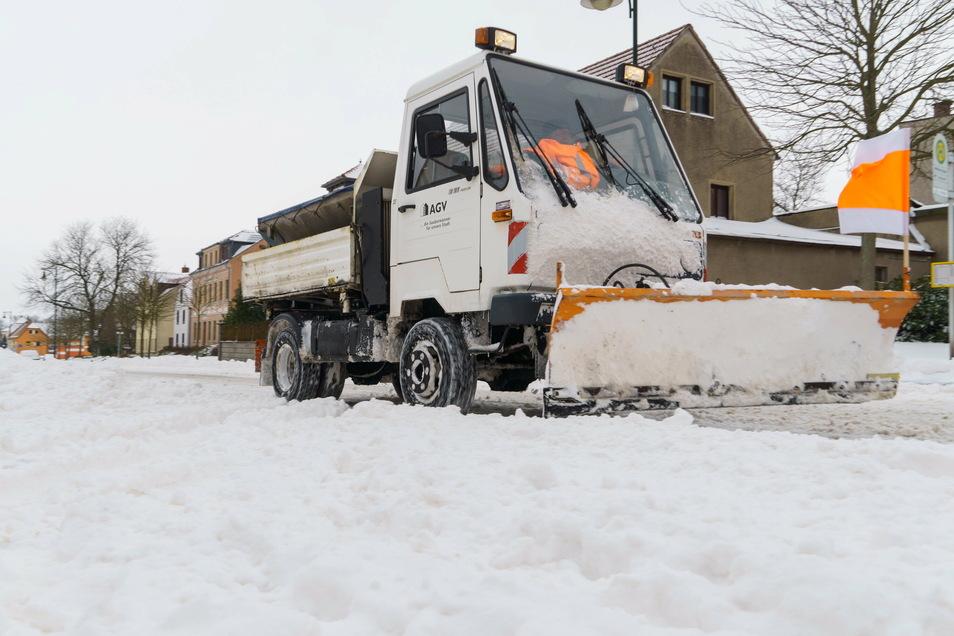 Eines von 14 Riesaer Winterdienstfahrzeugen räumt am Sonntag an der Meißner Straße in Riesa.
