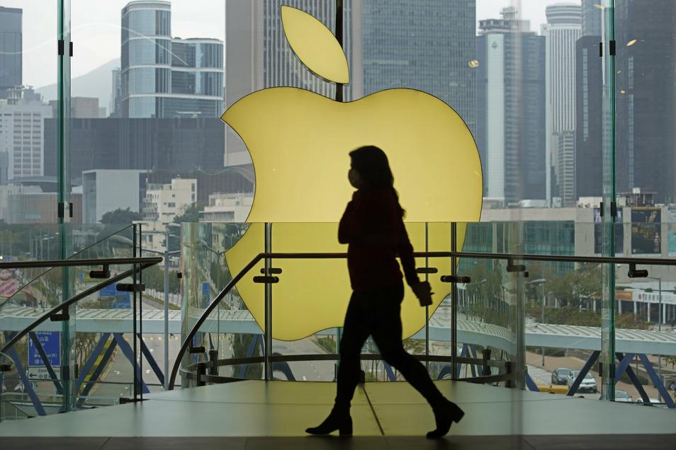 Das Geschäft des iPhone-Konzerns Apple zeigt enorme Widerstandskraft in der Corona-Krise - aber auch das billige Notenbank-Geld treibt die Kurse hoch.