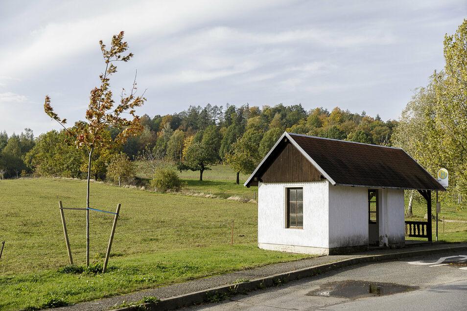 Direkt am Schwarzberg in Jauernick-Buschbach befindet sich eine Bushaltestelle.