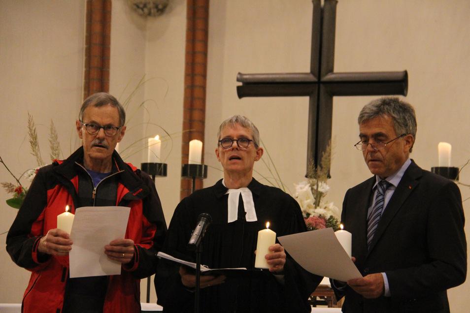 Beim Gottesdienst zum 30. Jubiläum der Friedlichen Revolution sprachen in der Bautzener Maria-Martha-Kirche Andreas Huth, Tilman Popp und Michael Harig (v.l.) Fürbitt-Gebete.