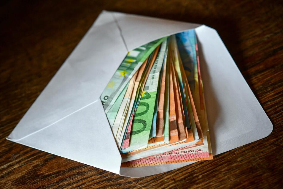 Mehr als Tausend Euro Bargeld bewahren die Menschen in Deutschland im Schnitt zu Hause oder im Bankschließfach auf.