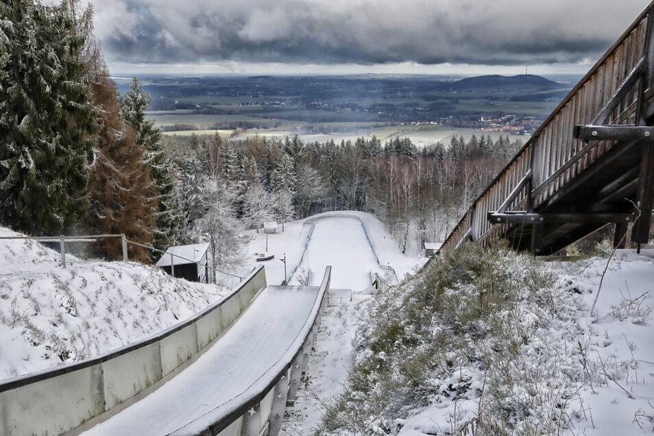 Auch die Kottmar-Schanze ist schneebedeckt.