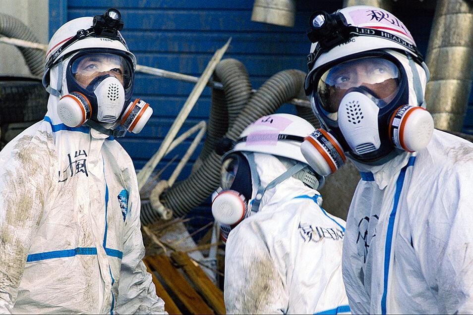 """Während der Katastrophe: Aufräumarbeiter müssen sich gefährlichen Strahlen aussetzen und in """"Fukushima"""" bang auf die nächste anrauschende Katastrophe blicken."""