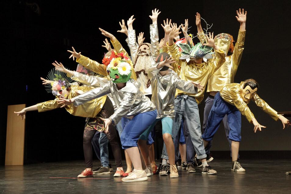 """Eine Szene aus dem Theaterstück """"Letzte Nachrichten an die Sterne"""". Diese neue Produktion haben die Gymnasiasten jetzt in Leipzig aufgeführt."""