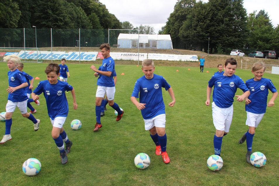Das 21. EWB Fußball-Feriencamp findet zurzeit im Trainingszentrum der FSV Budissa im Humboldthain statt. Auf dem Programm steht aber nicht nur Fußball.