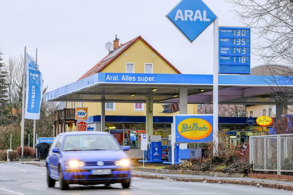 """So wie die Aral-Tankstelle in Coswig sind auch die anderen Anbieter in der Region mit den einschneidenden Veränderungen in der Lebens- und Arbeitswelt konfrontiert. Pächter Thomas Tyralla: """"Vor dem Hintergrund, dass andere Gewerbetreibende ihre Läden"""
