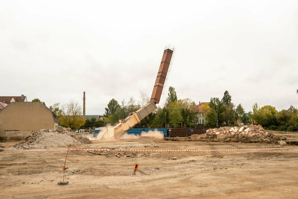 Schornsteinsprengung auf dem ehemaligen Sandsteinwerksgelände. Nach drei Jahren Genehmigungsmarathon kann das neue Wohnquartier in die Höhe wachsen.