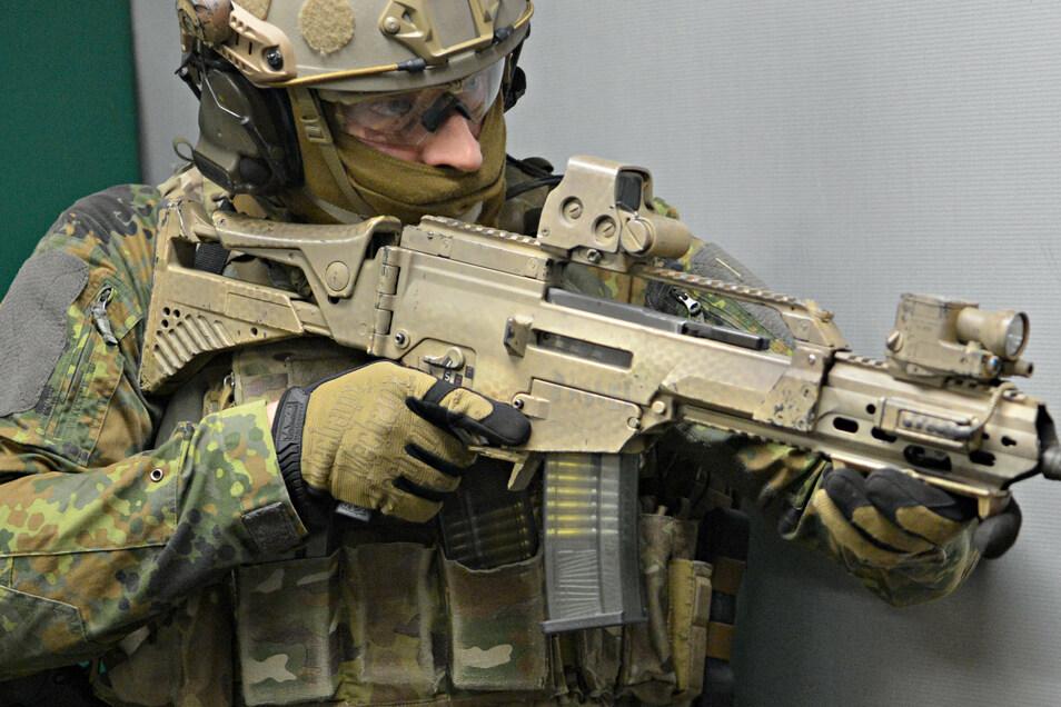 Ein Soldat trainiert mit einem Sturmgewehr vom Typ G36 von Heckler & Koch.
