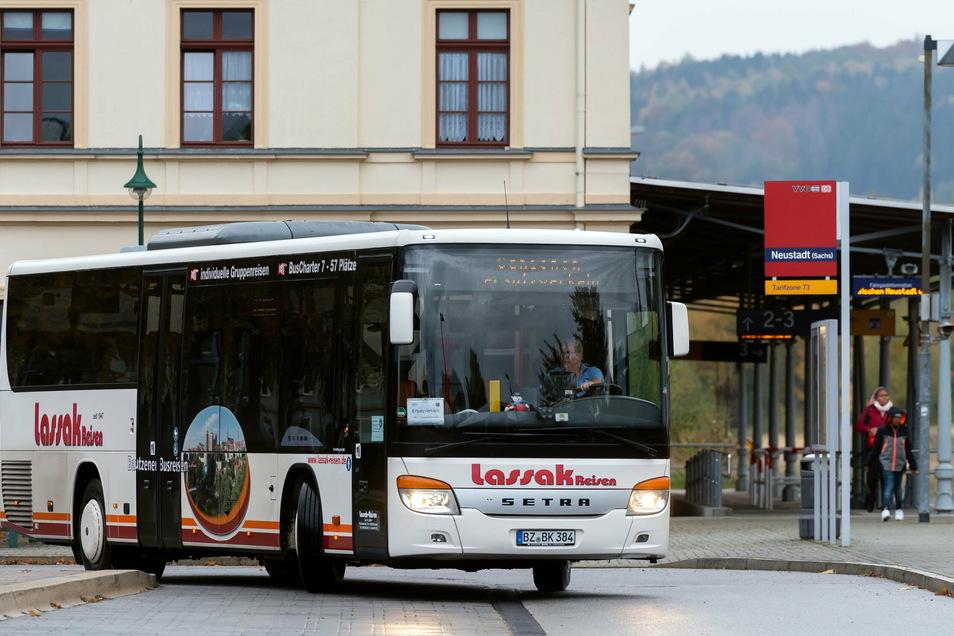 Bus am Bahnhof in Neustadt. Immer wieder gibt es auf der Bahnlinie RB71 Schienenersatzverkehr.